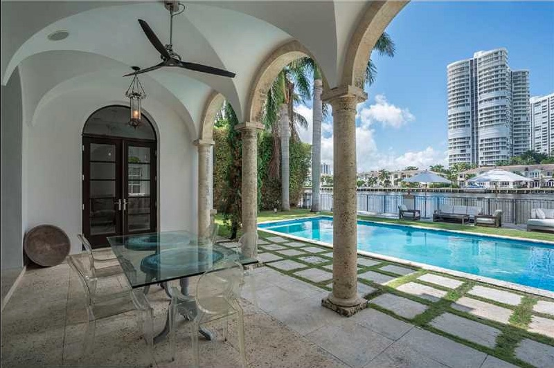 Demeures de prestige 572 north island drive golden for Acheter maison miami